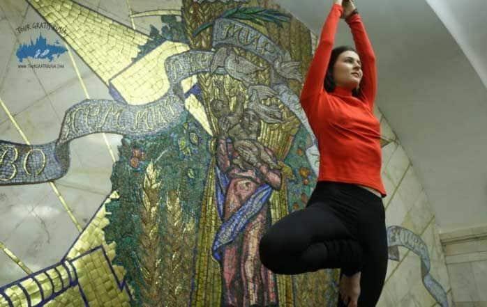 Yoga en la Estación del Novoslobodskaya Moscú; Yoga en metro de Moscú